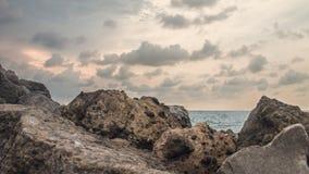 在海滩的岩石,在小游艇船坞海滩三宝垄印度尼西亚4 免版税库存图片