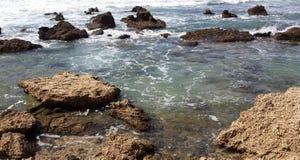 在海滩的岩石 免版税库存图片
