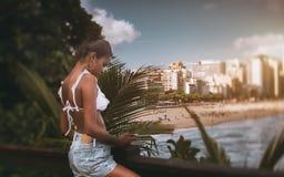 在海滩的巴西女孩里约前面 库存照片