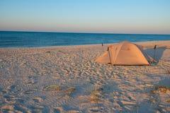 在海滩的帐篷在落日光芒  库存图片