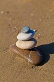 在海滩的平衡小卵石栈 免版税库存照片