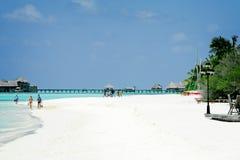 在海滩的年轻夫妇在天堂海岛,马尔代夫 2012年3月 免版税库存照片