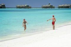 在海滩的年轻夫妇在天堂海岛,马尔代夫 2012年3月 图库摄影