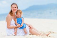 在海滩的年轻家庭 库存照片