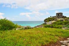 在海滩的废墟 免版税库存图片