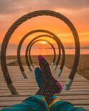 在海滩的愉快的五颜六色的袜子在日出期间的巴塞罗那 库存照片