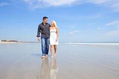 在海滩的愉快的夫妇。 免版税库存照片