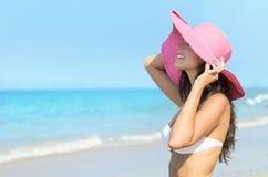 在海滩的愉快的性感的妇女夏天 免版税库存图片