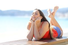 在海滩的愉快的青少年的享用的假期 免版税库存图片