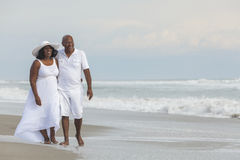 在海滩的愉快的高级非洲裔美国人的夫妇 库存照片