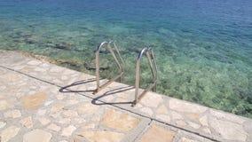 在海滩的扶手栏杆游泳海 钢扶手栏杆,游泳,蓝色海,海边,波浪,夏天,旅行,自然环境 股票视频