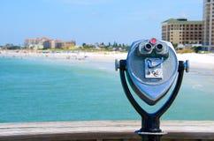 在海滩的投入硬币后自动操作的大功率双筒望远镜 免版税库存图片