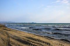 在海滩的拖拉机轨道 免版税库存照片
