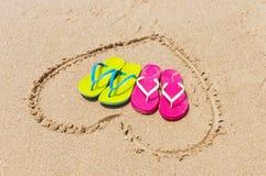 在海滩的拖鞋 免版税库存图片