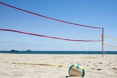 在海滩的排球。 免版税库存图片