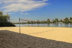 在海滩的排球场 图库摄影