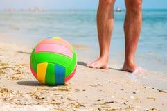 在海滩的排球球 免版税库存图片