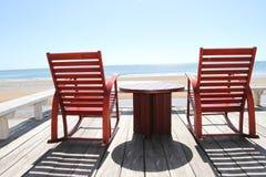 在海滩的摇椅 免版税库存图片