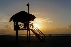 在海滩的救生员塔在runrise期间 库存图片