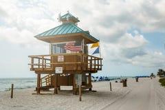 在海滩的救生员塔,大西洋天空蔚蓝,在背景的棕榈 著名海滩 库存图片