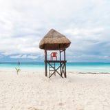 在海滩的救生员塔 免版税库存照片