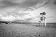 在海滩的救生员小屋 免版税库存照片