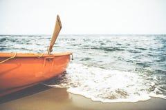 在海滩的救生员小船 免版税库存照片