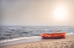 在海滩的救生员小船 库存照片