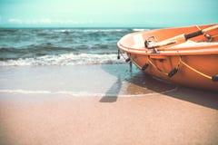 在海滩的救生员小船 库存图片
