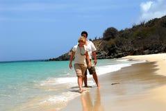 在海滩的新夫妇 免版税图库摄影