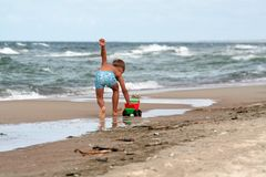 在海滩的新男孩作用 免版税库存图片