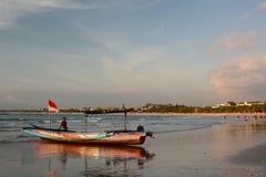 在海滩的旅游小船在日落 库塔 巴厘岛 印度尼西亚 库存照片