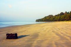 在海滩的旅行包 免版税库存照片