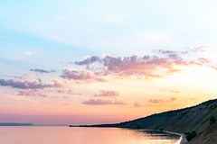 在海滩的日出与山 免版税库存图片