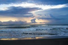 在海滩的日出在哥斯达黎加一个皮船剪影 库存图片