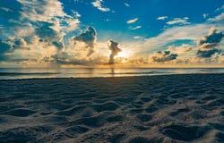 在海滩的日出在皮尔斯堡,佛罗里达 免版税库存照片