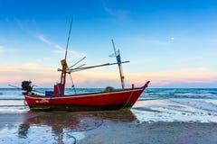 在海滩的日落在泰国 免版税库存照片