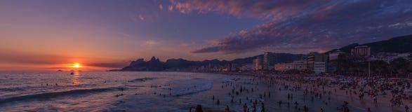 在海滩的日落在里约热内卢 图库摄影