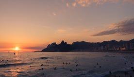 在海滩的日落在里约热内卢 免版税库存图片