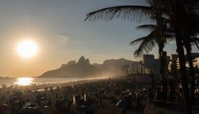 在海滩的日落在里约热内卢 库存图片