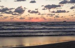 在海滩的日落在阿尔巴尼亚 免版税库存照片