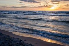 在海滩的日落在Leba,波罗的海,波兰 免版税库存图片
