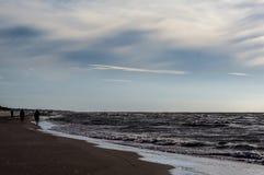 在海滩的日落在Leba,波罗的海,波兰 免版税库存照片