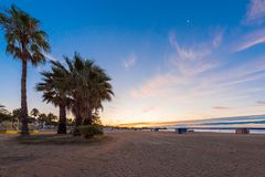 在海滩的日落坎布里尔斯,卡塔龙尼亚,西班牙 复制文本的空间 免版税库存照片