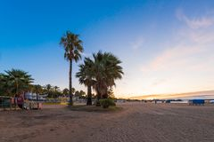 在海滩的日落坎布里尔斯,卡塔龙尼亚,西班牙 复制文本的空间 库存照片