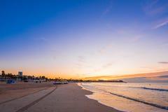 在海滩的日落坎布里尔斯,卡塔龙尼亚,西班牙 复制文本的空间 库存图片