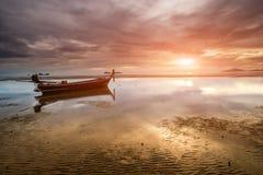在海滩的日落时间与暮色lanscape 库存图片