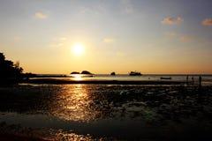 在海滩的日落时间有橙色天空背景 免版税图库摄影