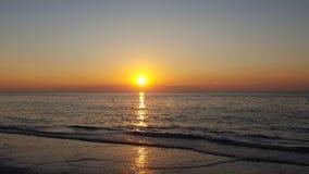 在海滩的日落 o 印度岩石 免版税库存图片