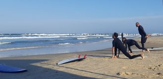 在海滩的星期六早晨瑜伽 图库摄影